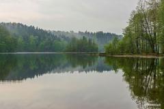Wyspa na Jeziorze Dobrym - Mgła nad jeziorem